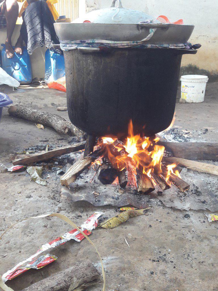 koken in grote potten op houtvuur