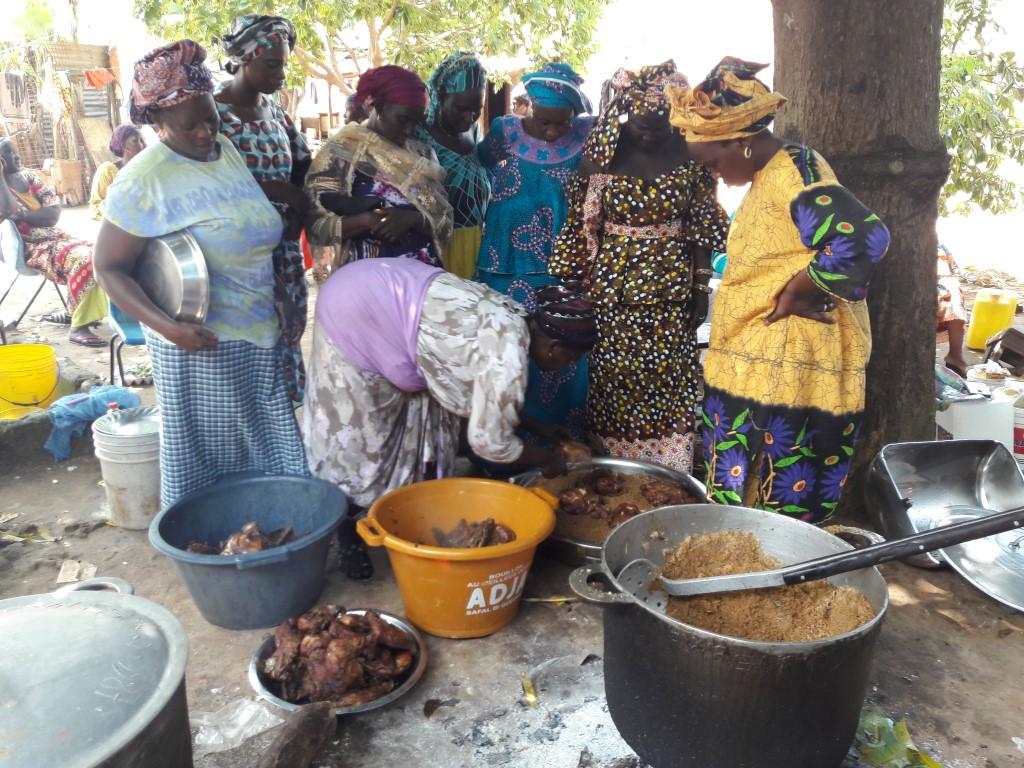 Grote schaal eten voor de familie vd bruidegom